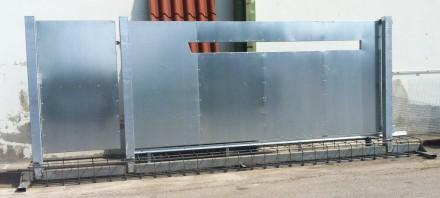 Cancello con armatura di sostegno incorporata